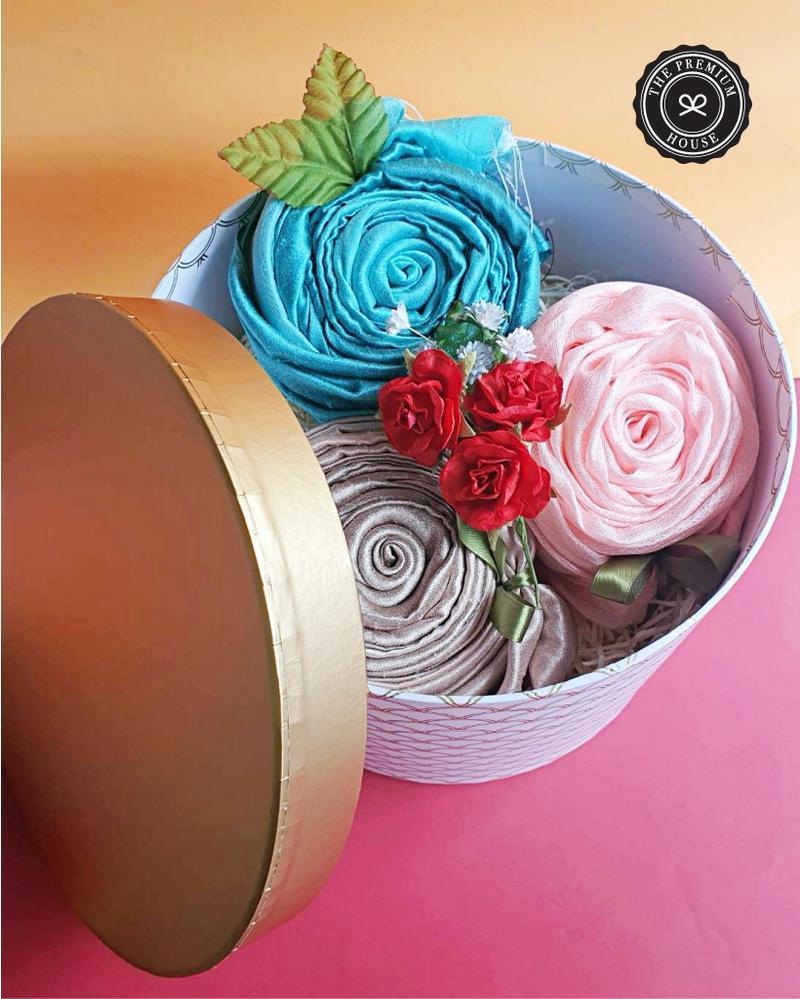 ผ้าไหมมุกหรือผ้าไหม 2 สี 3 ผืน  กล่องกลม L 9x6.5 นิ้ว